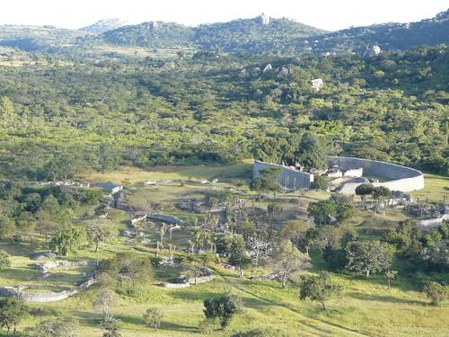 Great Zimbabwe Ausblick auf Anlage und Shona-Dorf | by vcp.de