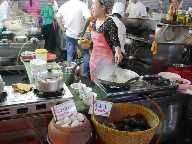 木, 2014-05-15 07:55 - Hai Luaという店の出店らしき大きな路上食堂