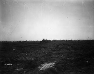Canadian soldiers advancing over the crest of Vimy Ridge, France, April 1917 / Des soldats canadiens progressent sur la crête de Vimy (France) en avril 1917