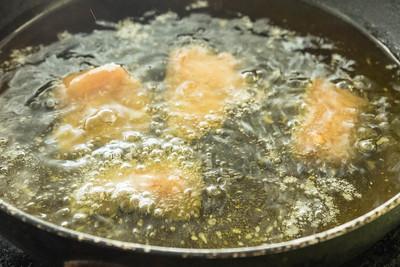 Fríe el pollo en abundante aceite