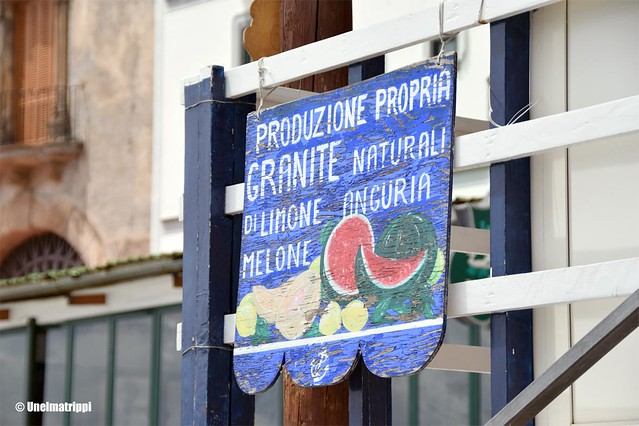 Hedelmämyymälän kyltti Marina del Cantonessa Amalfin rannikolla