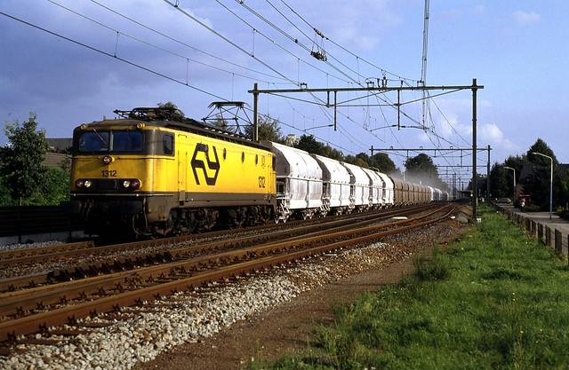 NS 1312 met een kalktrein naar Beverwijk passeerd de oude halte Best op 9 september 1992
