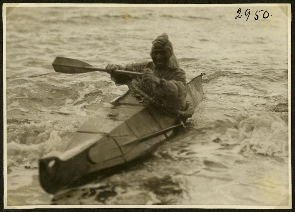 Inuit i kajak - Inuit sailing in a kayak