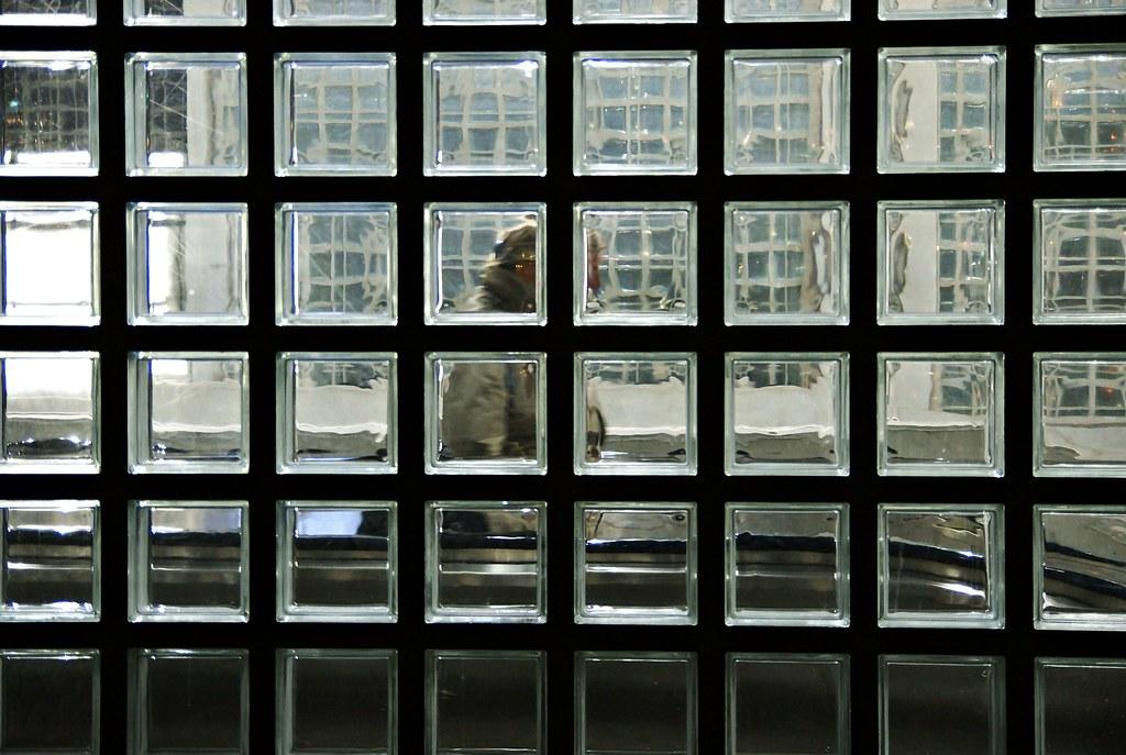 Frau hinter Glas