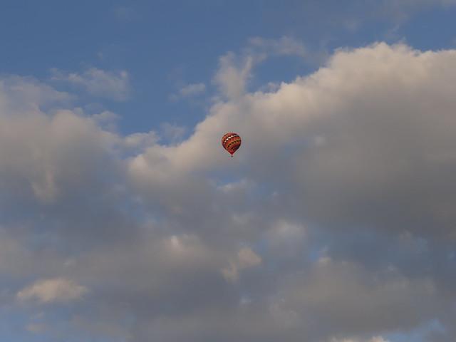 Wer vernimmt mich in der Hitze wem soll ich klagen, wer vernähme es wenn ich verdurste, wer würde mich bedauern, die Lippe trocken, die so manche Freude sonst genossen hat und sonst gegeben, ist gespalten, und sie schmerzt erbärmlich, und sie ist nicht etwa wund geworden, unterwegs mit dem Ballon 0003