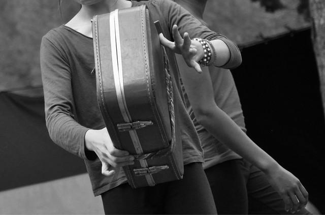 Toujours une valise à la main