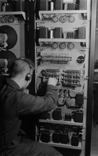 An employee is  finishing the power gain field destined for Sortavala broadcasting station in Yleisradio's workshop, ca. 1938.