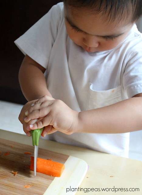 cutting carrots with joie wrinkle cutter