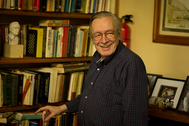 Olavo e sua biblioteca - Foto: Mauro Ventura