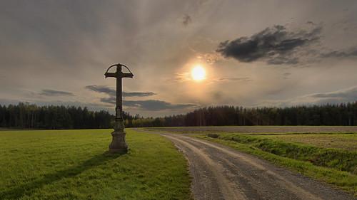 sonnenuntergang sunset landschaft landscape wegkreuz himmel sky wolken clouds sonne sun wiese meadow weg path hdr österreich austria niederösterreich loweraustria waldviertel breitenfeld canoneos70d sigma1020mmf35exdc