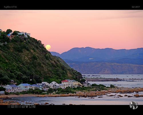 sunset moonrise moon fullmoon mountains sky houses airplane airnewzealand tomraven aravenimage q22017 fujifilm xt10 coast coastal coastline landscape water fb ev 500px
