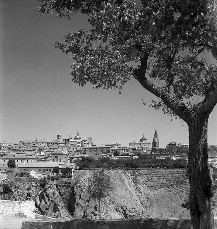 Toledo visto desde el Cerro de la Cabeza en los años 50. Fotografía de Nicolás Muller  © Archivo Regional de la Comunidad de Madrid, fondo fotográfico
