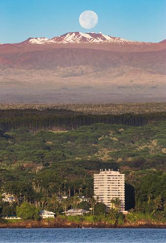 maunakea hawaii hilo astronomy telescope telescopes bay bayfront coconut island liliokolani bigisland moon moonset thephotographersephemeris tpe