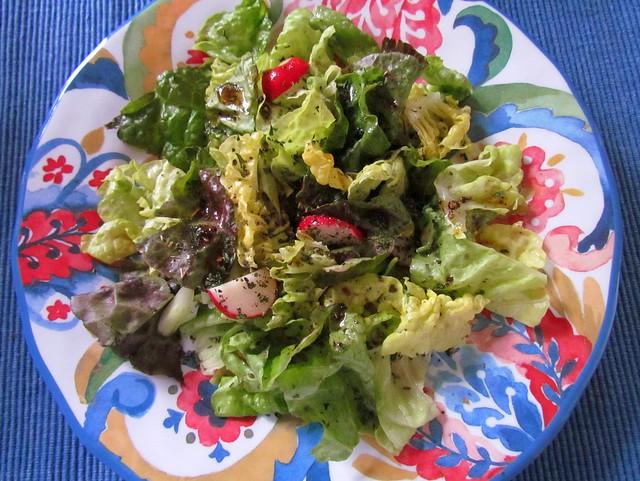 Une salade dans une assiette colorée