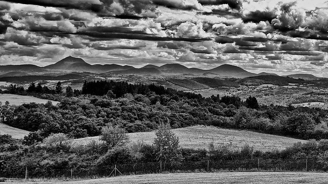 Chaîne des Puys (Puy de Dôme à gauche) Auvergne. Sécheresse et vague de chaleur. Les nuages arrivent mais pas la pluie.
