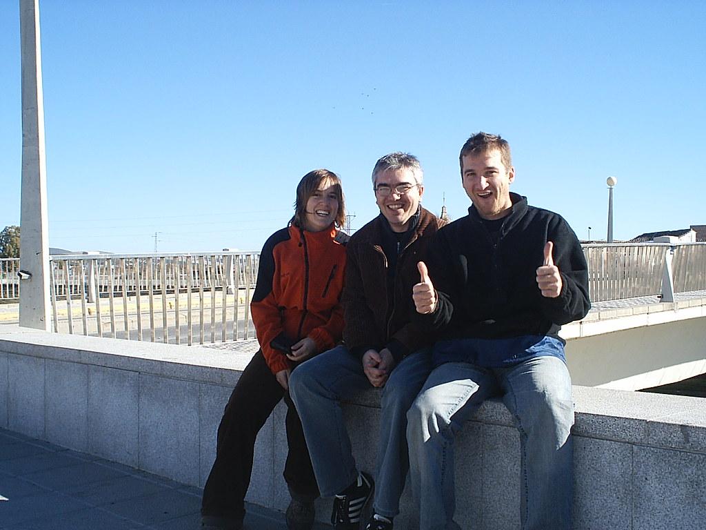Joan, Marina y yo sentados en el puente del Guadajoz en Castro del Río