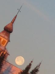 kuu ja kirkontorni