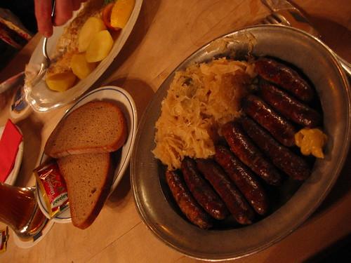 9 Nuernburger bratwursten mit sauerkraut und brot