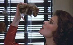 Diana, la más mala de «V», a punto de comerse un roedor
