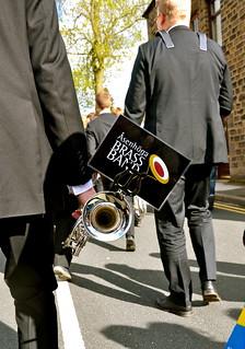 Åsenhöga Brass Band marscherar