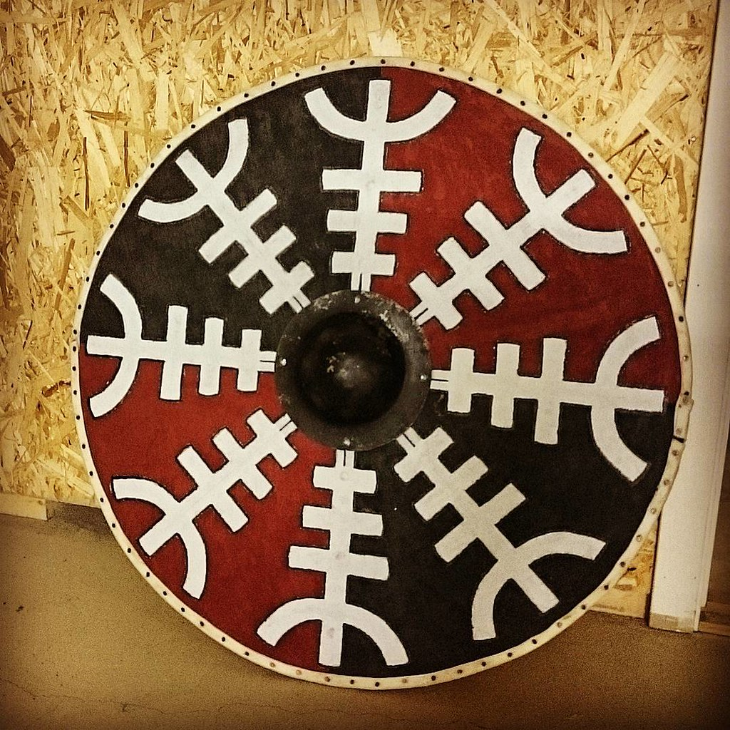 Another wooden shield done,with planks glued and sanded down from the shield boss to the edges to make it lighter. #viking#reenactor#shield#vikingshield#aegishjalmur#helmofawe#norse#reenactment#wood#shieldboss#woodwork#rawhide#painted#protection#aegishamm