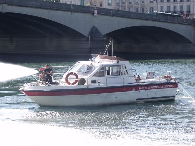 Exercice d'incendie pour l'équipage de cette vedette des pompiers de Paris le 3 aout 2015.