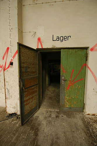Hier lang geht's ins Lager | by tonal decay