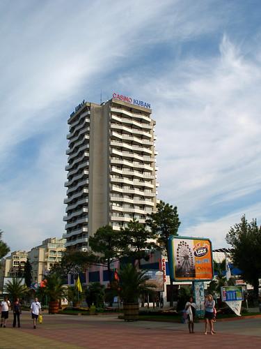 Гостиница Кубань — заметный ориентир в центре курорта Солнечный Берег