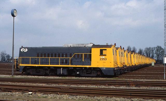 43 locomotieven serie 22/2300 op een rij