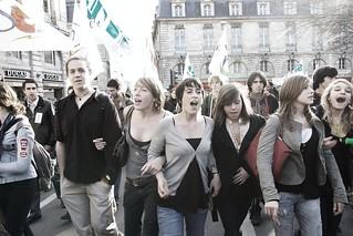 Deux pas en avant, trois pas en arrière, c'est la politique du gouvernement | by Alizée VAUQUELIN