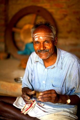 portrait people india man potter pot handheld dslr chennai 2009 photographyrocks efllens platinumphoto canoneos5dmarkii theheartofindia