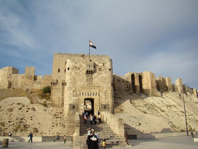 torre del puente escalera torre de entrada ayubí exterior Salón del Trono o sala de Audiencia Ciudadela de Alepo Siria 03