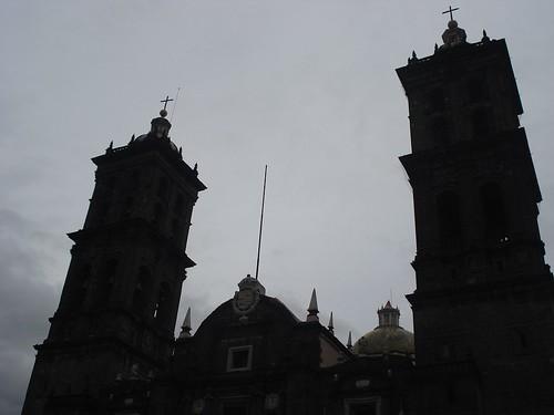 Cielo plateado y las torres de la catedral de Puebla
