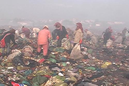 Cambodian dump slums   by venetia joubert sarah oosterveld