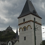 Torre medioevale con castello-ostello sullo sfondo