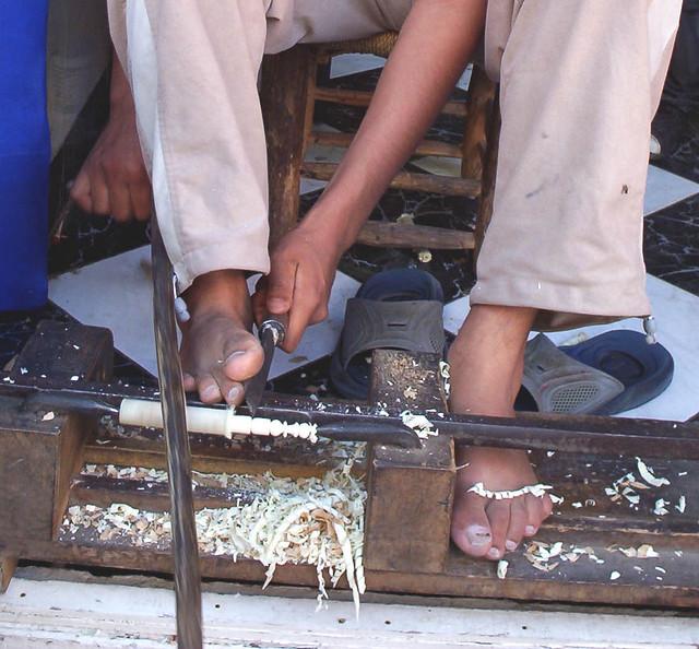 tallando madera Tallando Madera Con El Pie Tallando Figuritas De Ajedrez