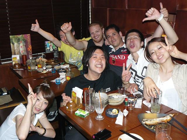 Cenando en un restaurante de Tokyo en Japón