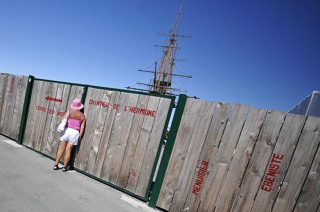 Rochefort chantier Hermione palissade bois - atana studio