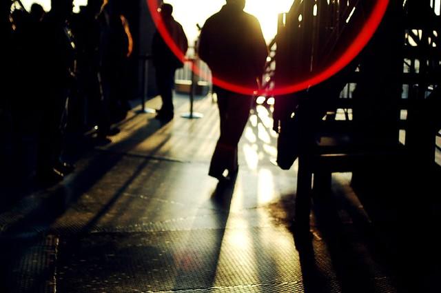 des silhouettes et un cercle rouge