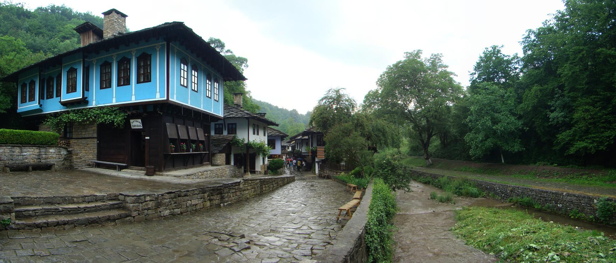 casas edificios rio Sivek Complejo etnografico y arquitectonico de Etara Bulgaria
