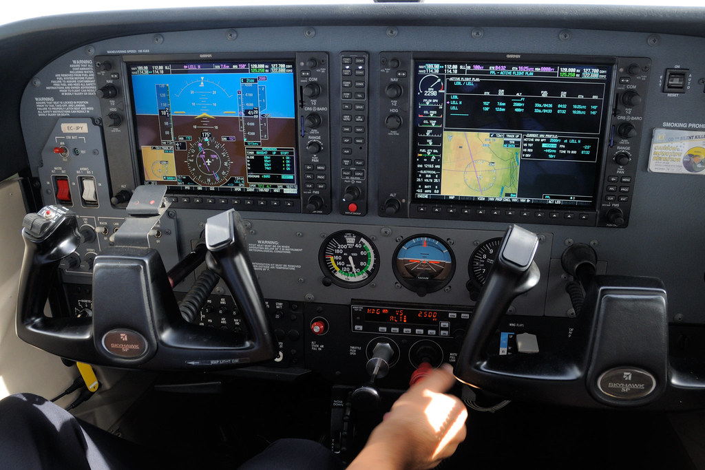 Garmin G1000 EFIS | Trying to follow a vertical track (new f… | Flickr