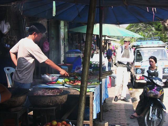 LAOS, Luang Prabang ...                 Garküche am Straßenrand   - 2