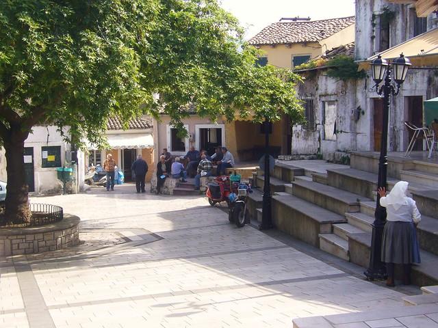 Korfu - Auf dem Dorfplatz     - 01