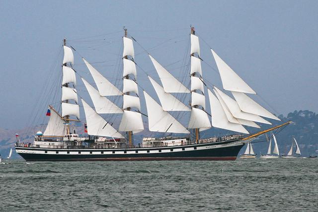 Pallada sails into the Bay