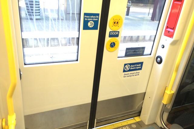 木, 2015-07-16 19:39 - TriMET 車いす用スロープ装備ドア