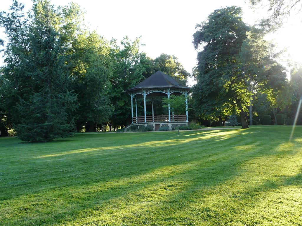 Le parc devant l'auberge landaise