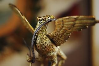 Aguila devorando una serpiente | by Esparta