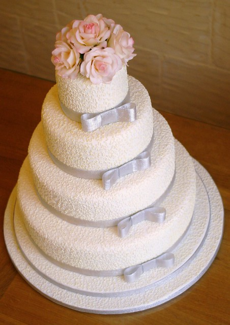 Cornelli lace and silver wedding cake