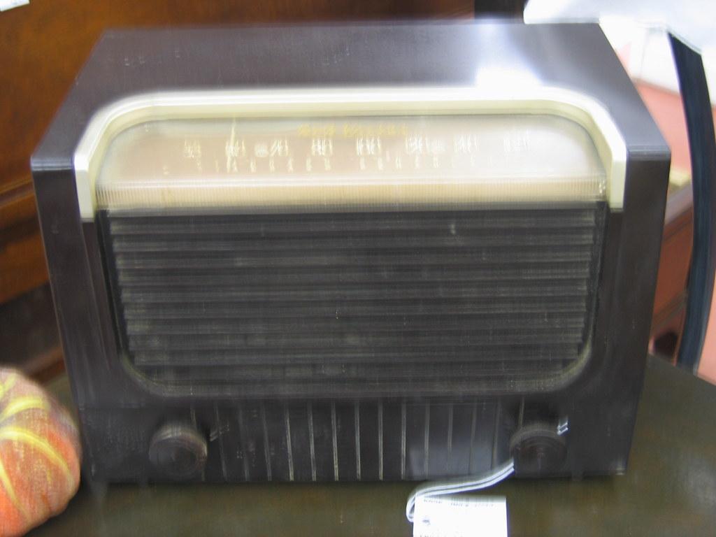Vintage bakelite RCA Victor Radio, Model 2x61 1953 Inv#412