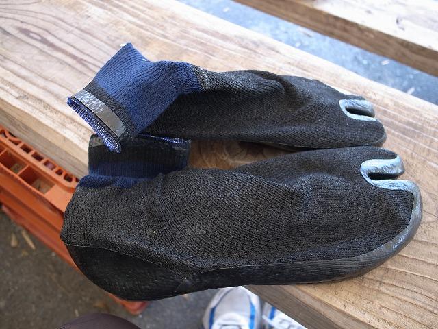 <p>c)「田植え足袋」これを履いて水田に入ります。実はこの田植え足袋・・・私は30年以上前に別目的で使用してました!・・・それは、スキューバダイビングのときです。今のようなしゃれたブーツはなかったので、岩場で足を痛めないように30年前のこれをはいていたのを思い出します。なつかし~</p>
